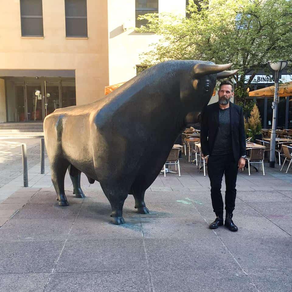 uhr.de-CEO Thomas Gäbe mit dem Frankfurter Börsenbullen
