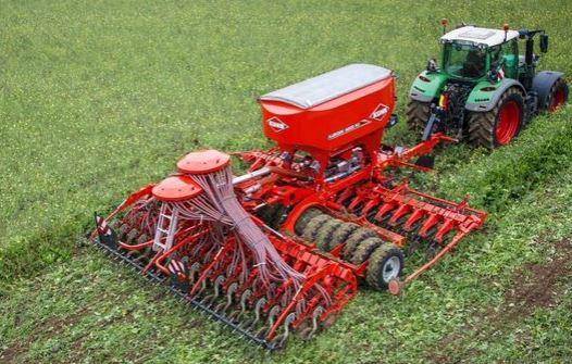 Aussaat mit Traktor und Maschine von Kuhn