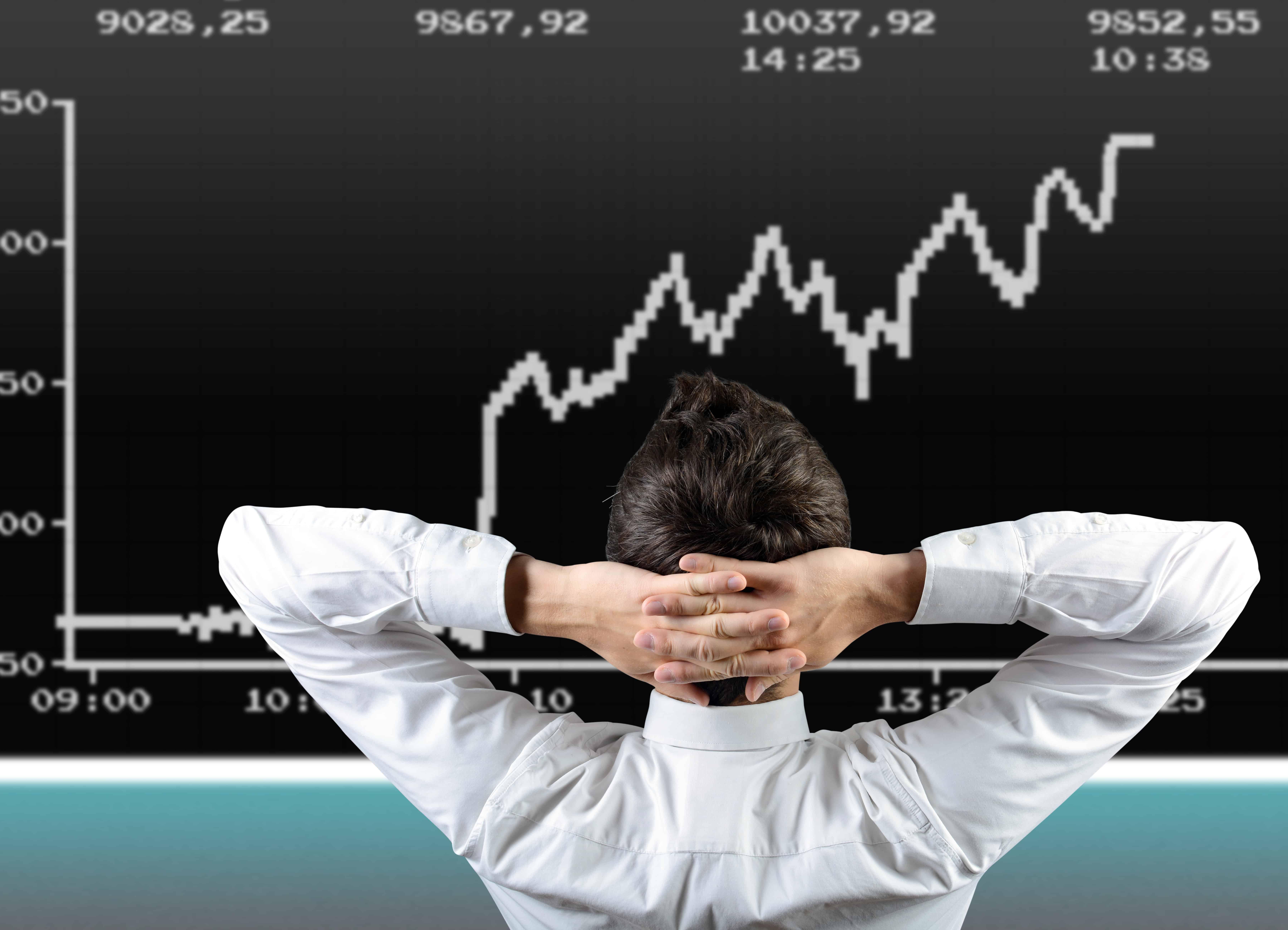 Trader vor einem Chart