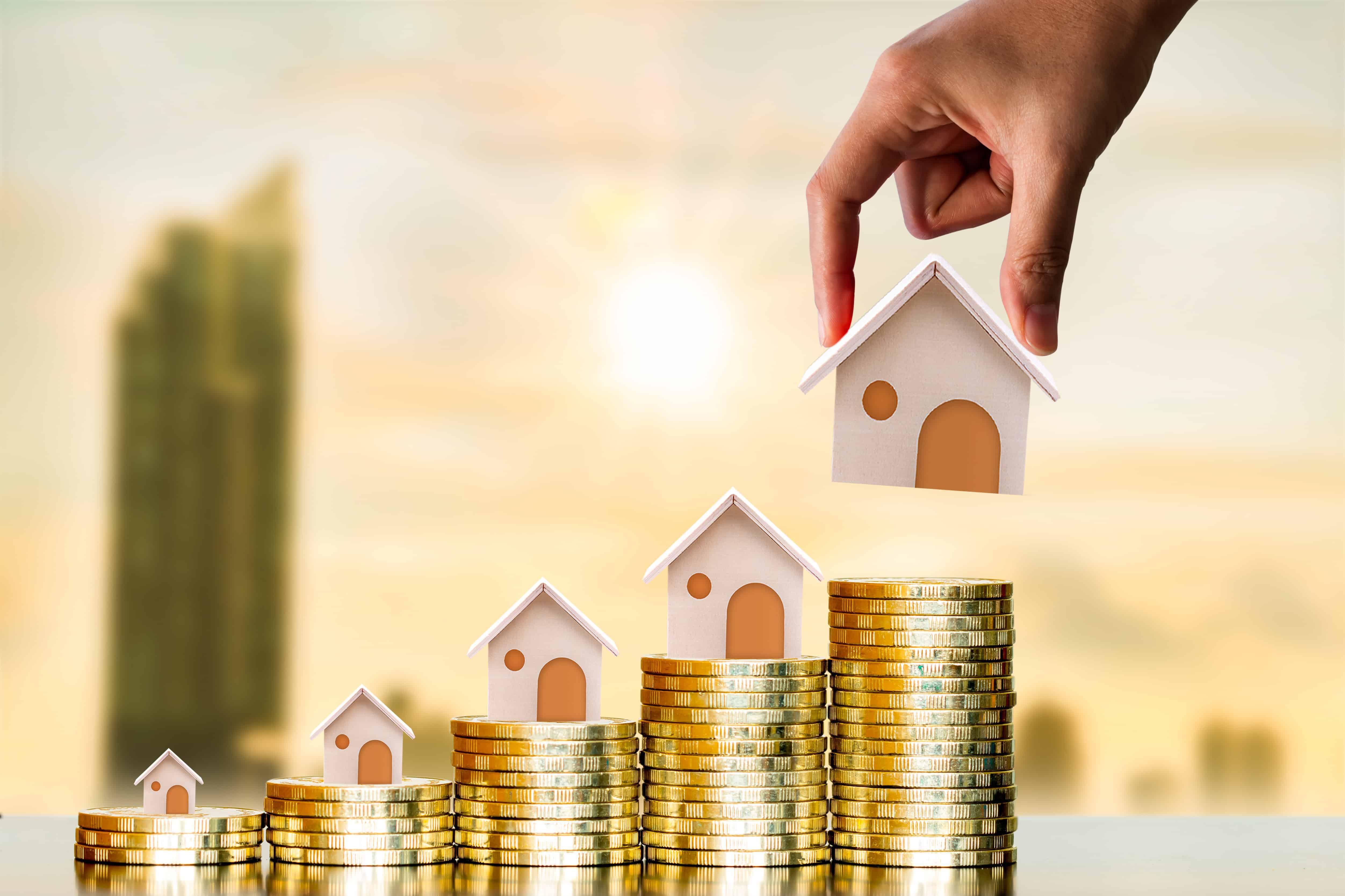 Münzen und kleine Häuser
